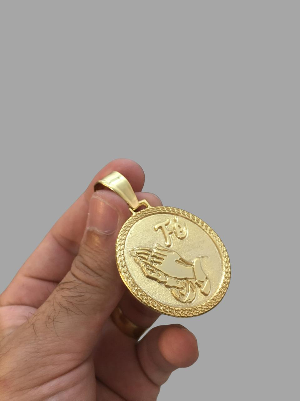 Pingente mãos rezando banhado a ouro 18k