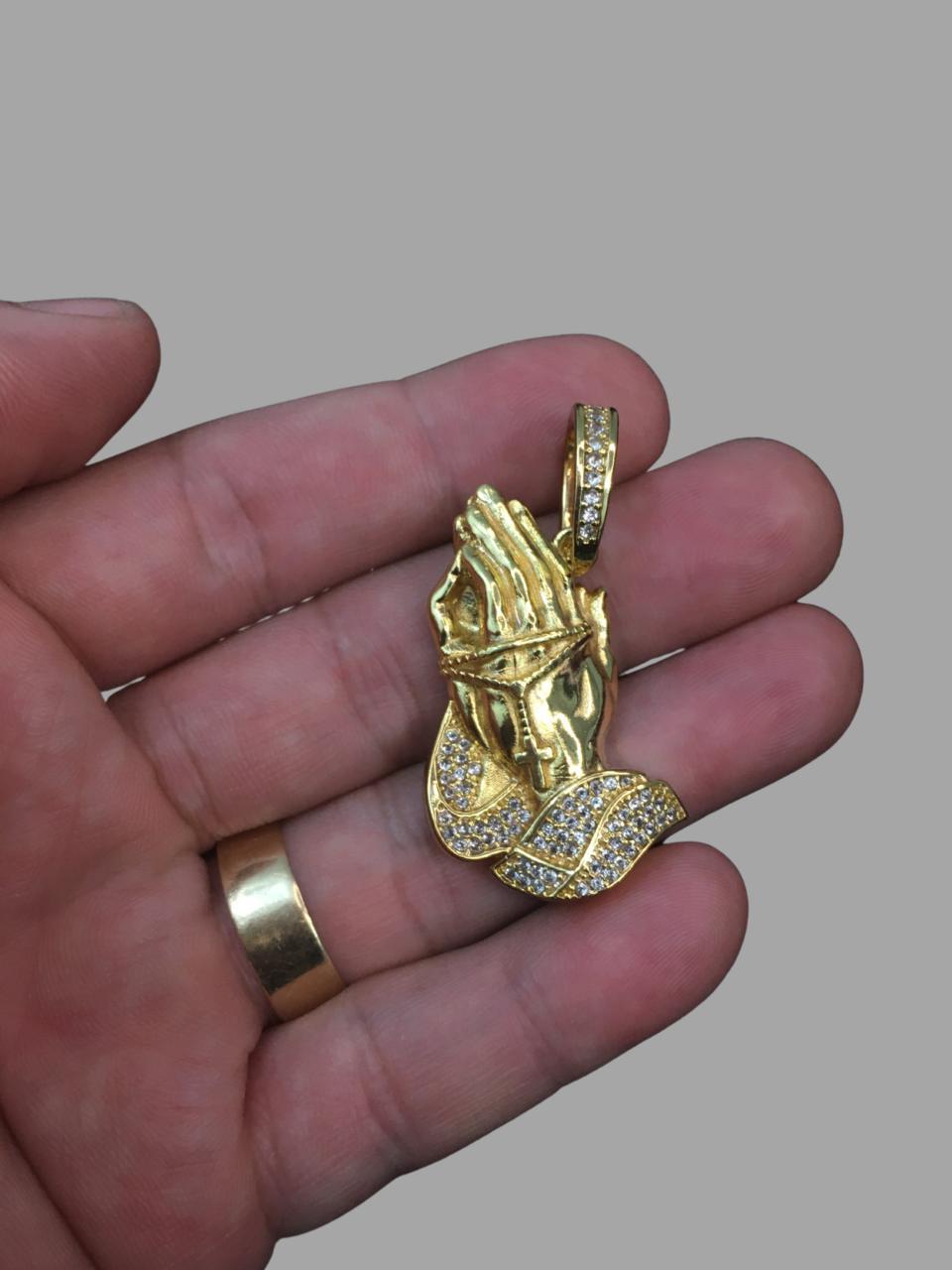 Pingente  Mãos rezando cravejada de Zircônia -   banhado a ouro 18k