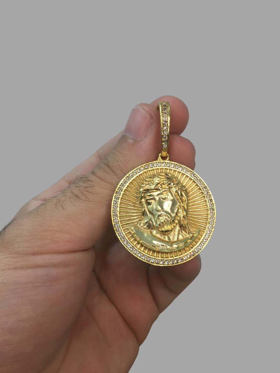 Pingente  Redondo Cravejado de zircônia na borda e face de Jesus Cristo -   banhado a ouro 18k