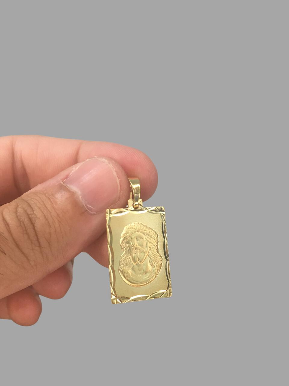 Pingente  Retangular com face de Jesus Cristo - Detalhes Diamantados - banhado a ouro 18k