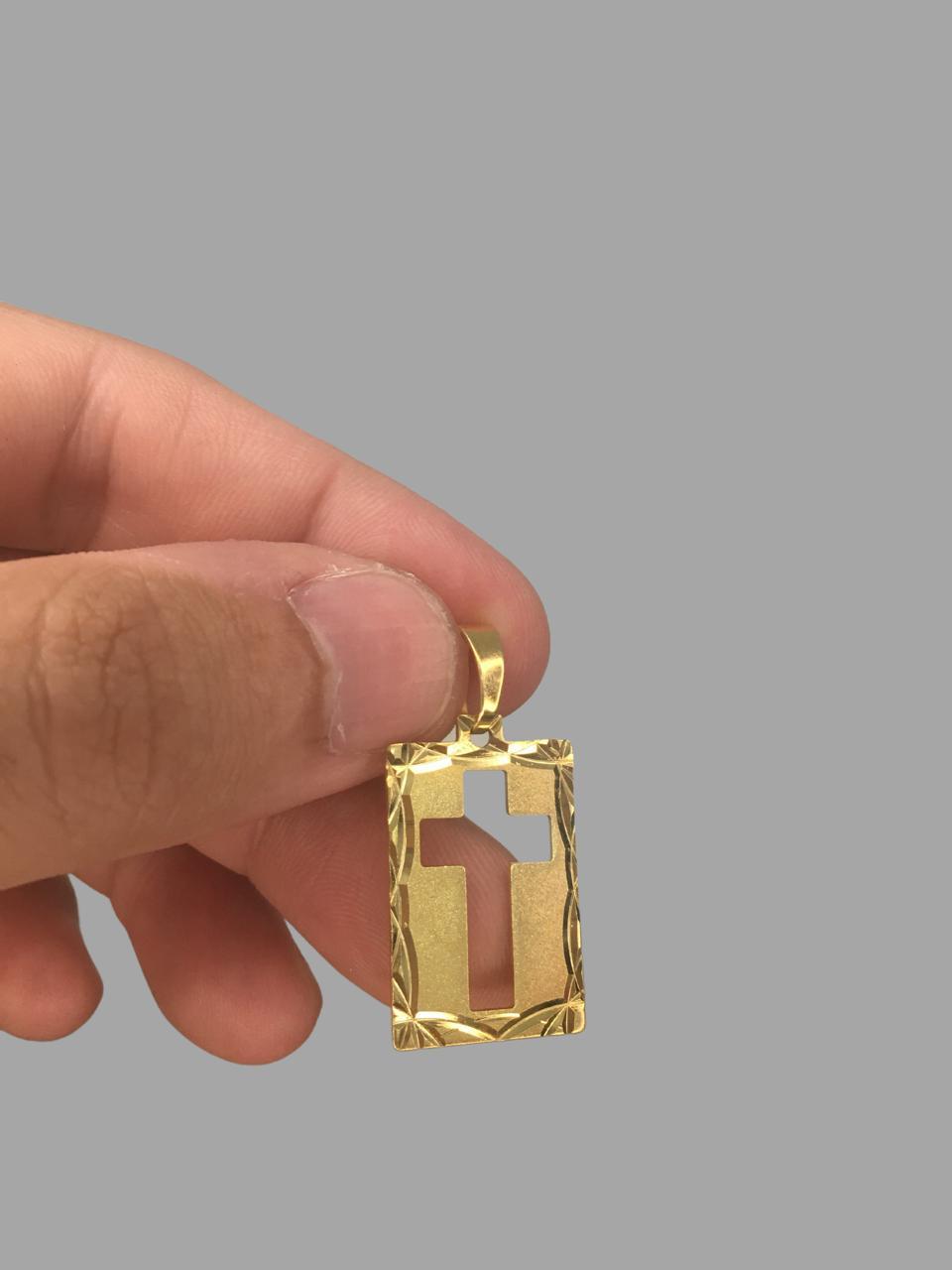 Pingente  retangular - cruz vazada - detalhes diamantado banhado a ouro 18k
