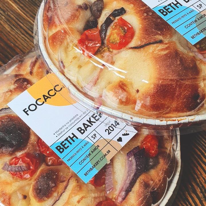 Focaccia Tomate, Cebola Roxa e Azeitonas  - Beth Bakery