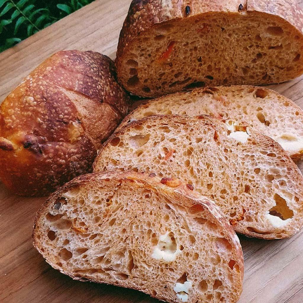 Pão de Tomate, Alho e Queijo  - Beth Bakery