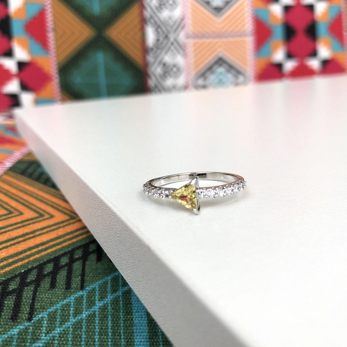 Anel Cristal  Amarelo Triângulo com Detalhe Zircônia Folheado a Ródio