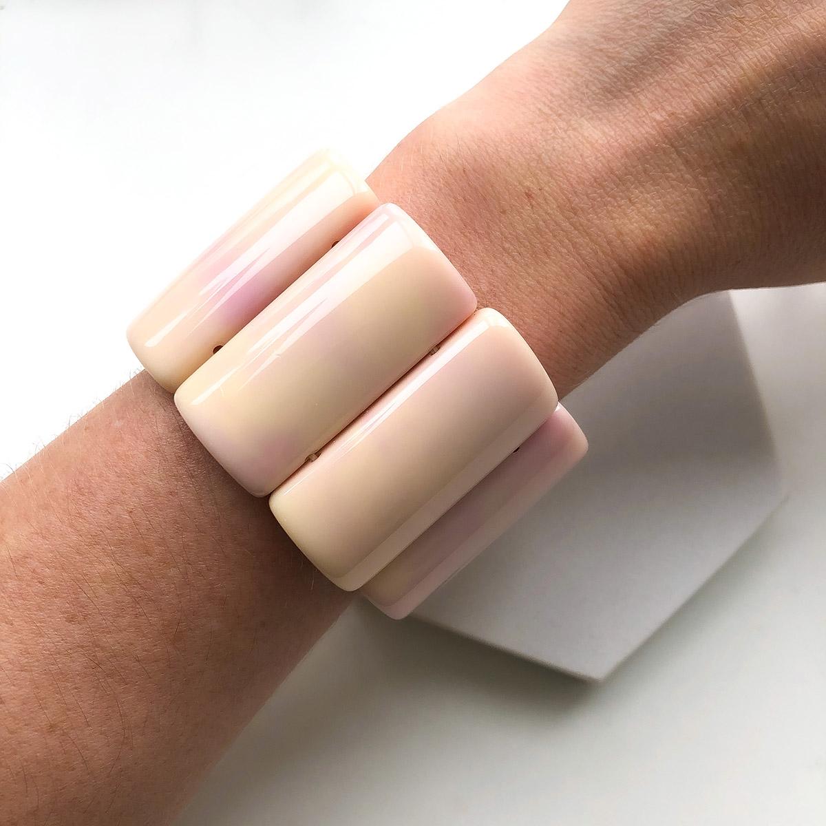 Bracelete Rosa Claro com Manchinhas Lilás Placas Resina