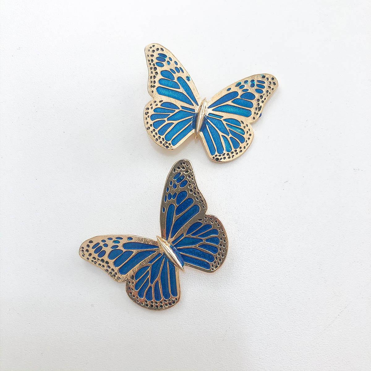 Brinco Bijuteria Borboleta Detalhes Dourados com Fundo Azul