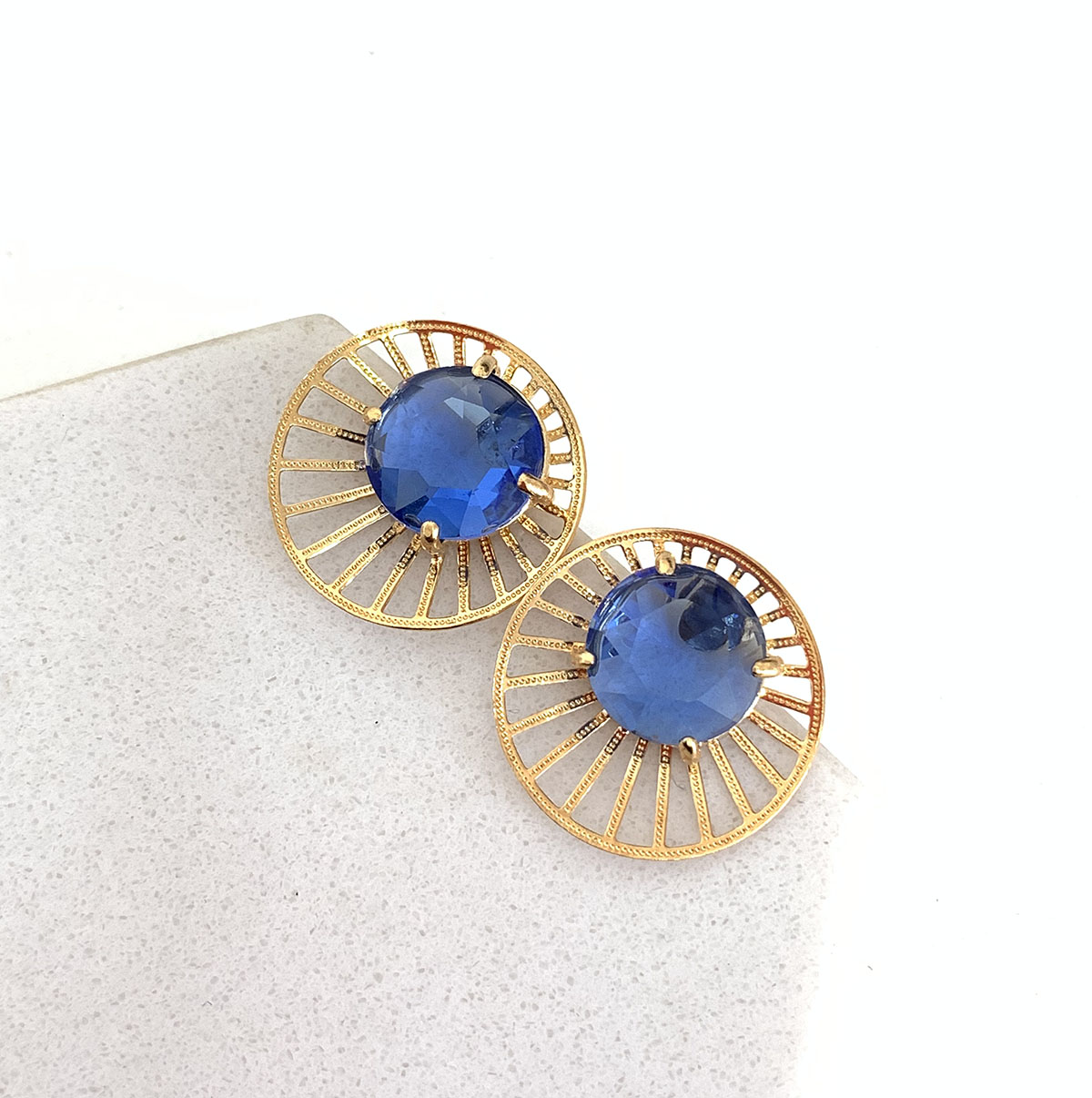 Brinco Bijuteria Medalha Vazada Pedra Azul Redonda