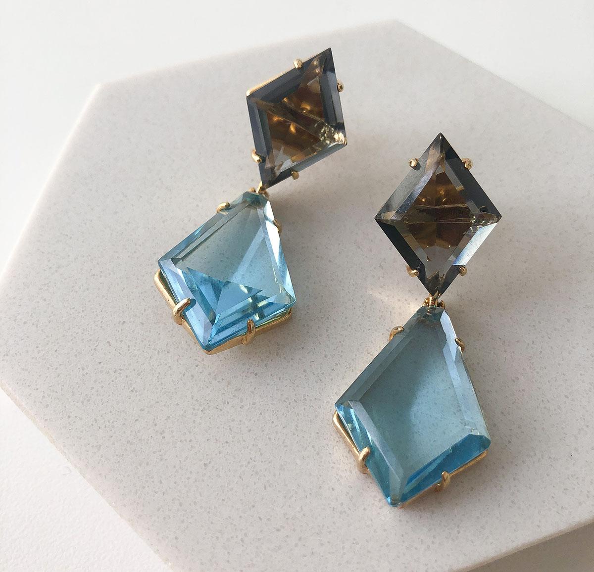 Brinco Bijuteria Pedra Losango Fumê e Azul Claro