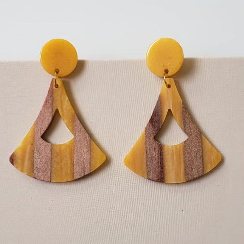 Brinco Bijuteria Triângulo Madeira e Resina Amarela