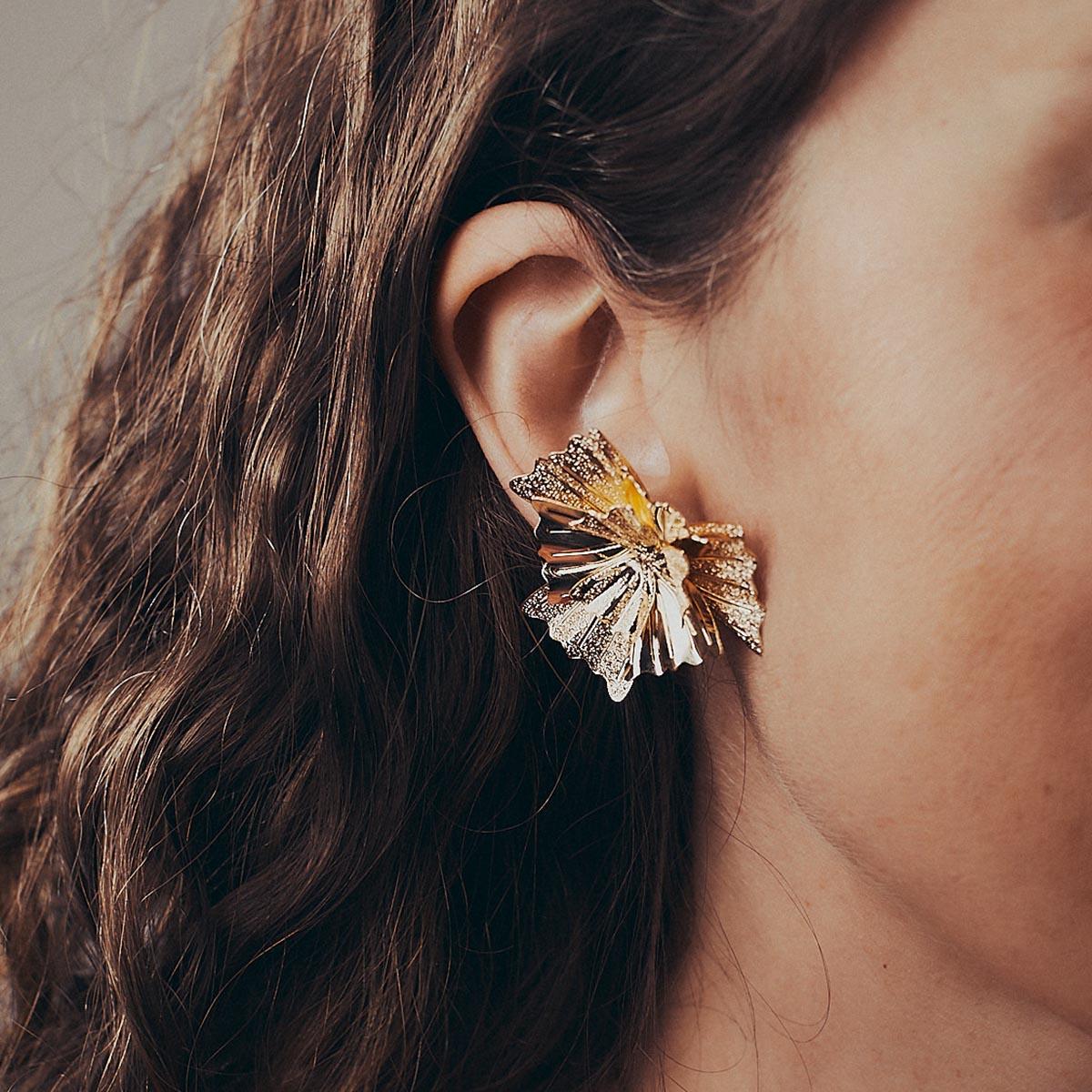 Brinco Folheado a Ouro 18k Flor Textura Estilizado