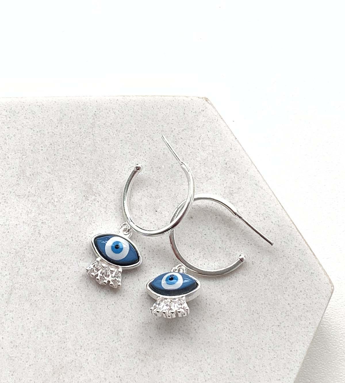 Brinco Prata Argola com Pingente Olho Grego Azul Escuro com Detalhe Pontos de Luz