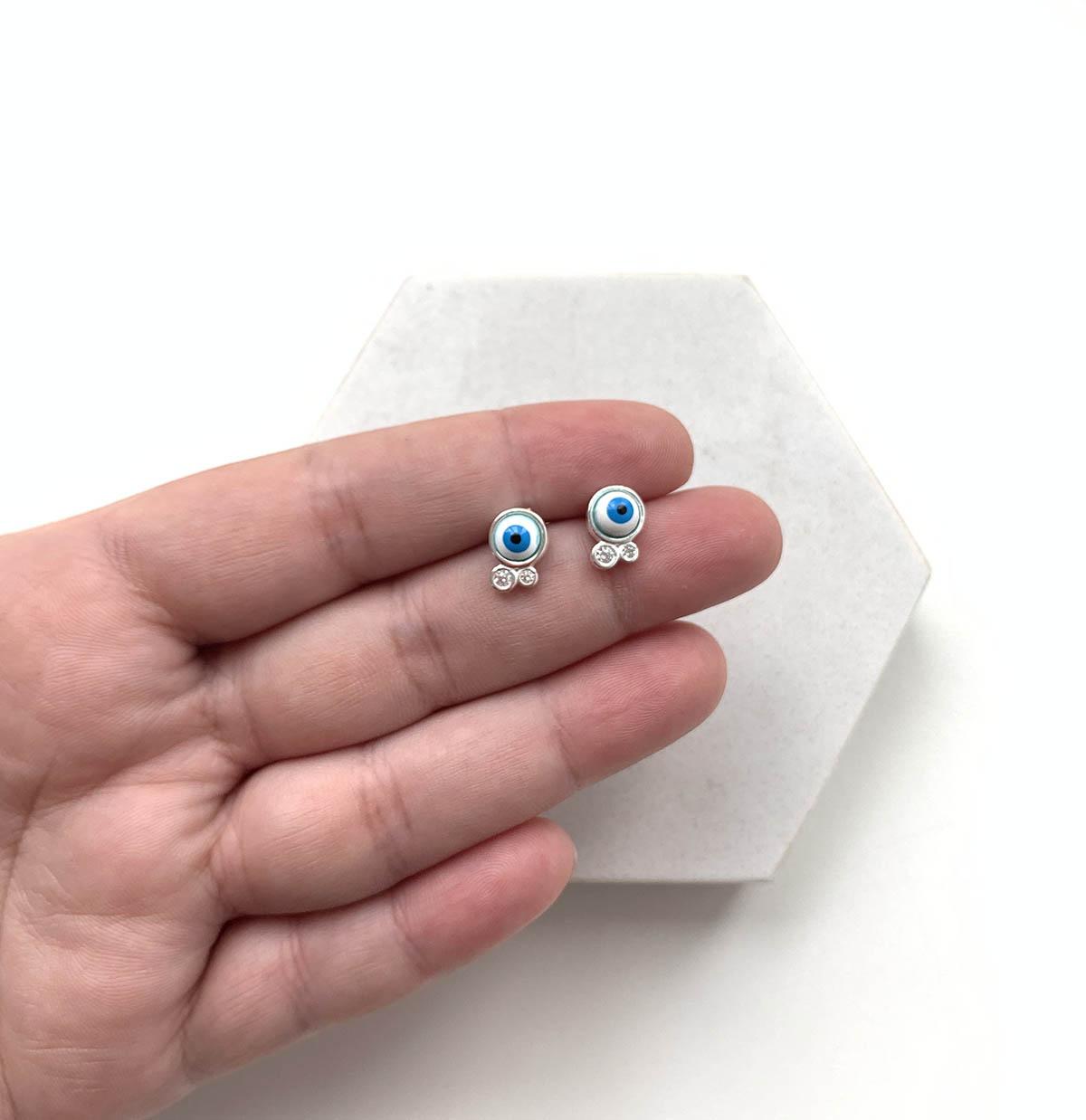 Brinco Prata Olho Grego Azul Claro com Detalhes Ponto de Luz