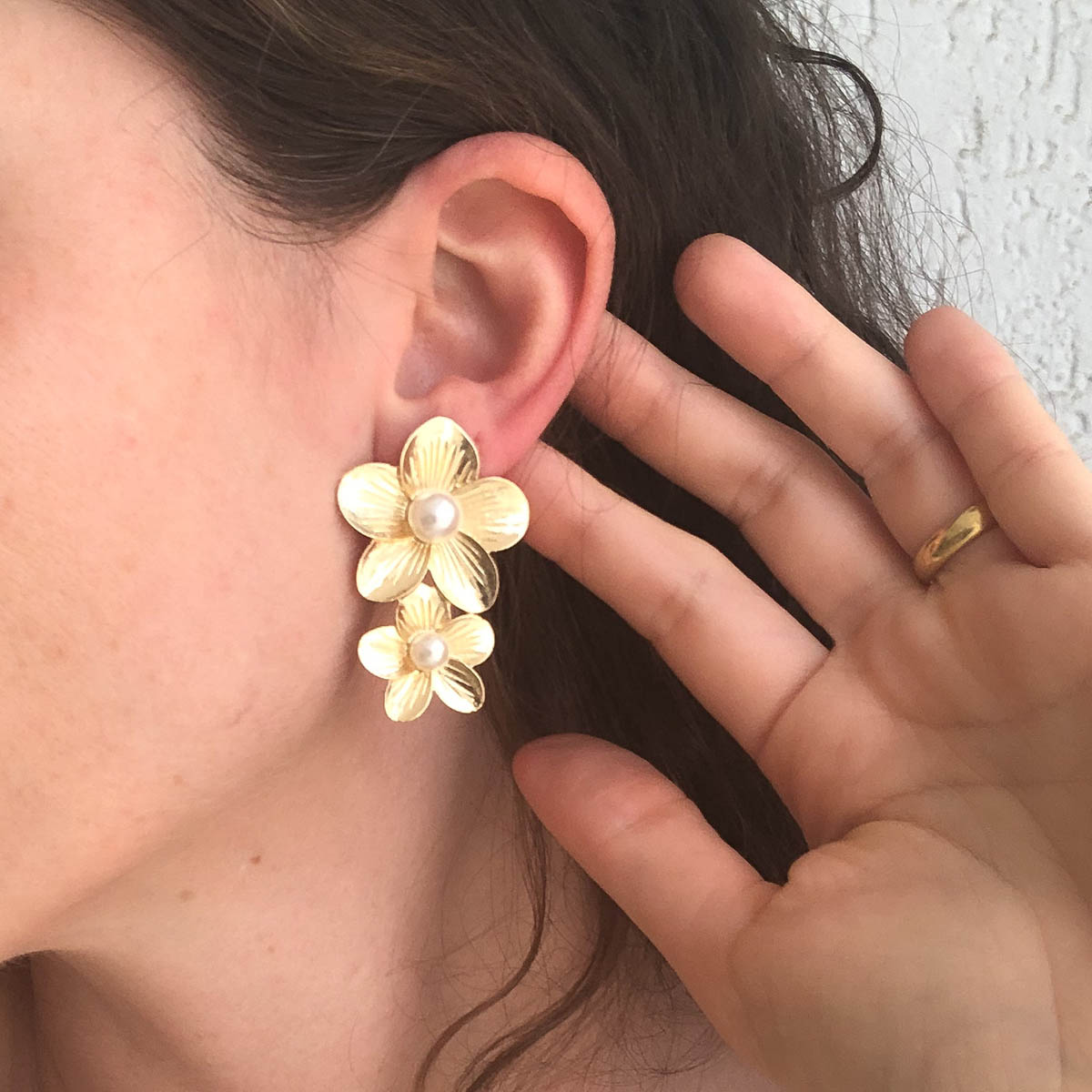 Brinco Rosiane Bijuteria Flor Dupla Dourado Detalhe Pérola
