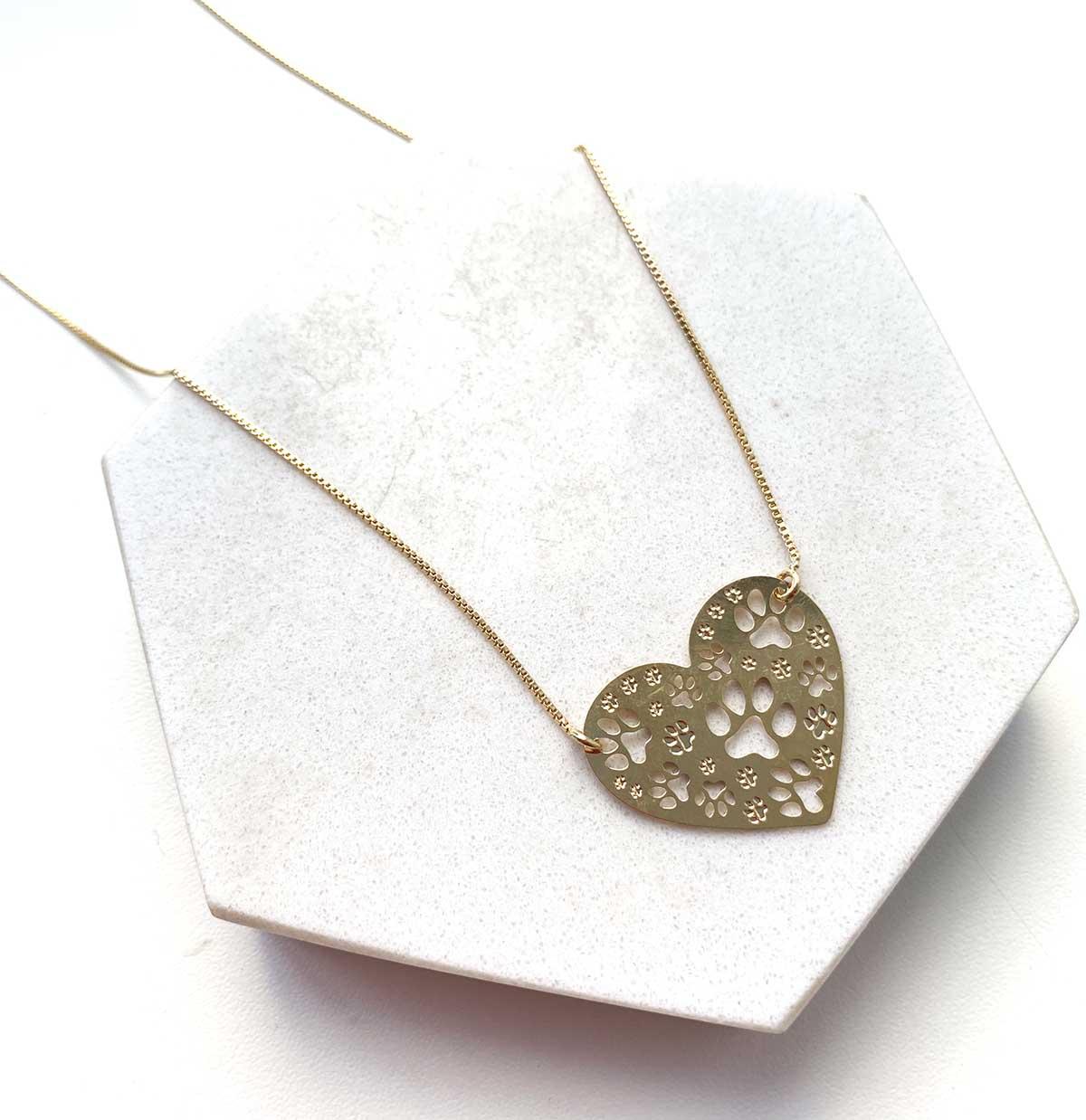 Colar Banhado a Ouro 18k Pingente Coração Patinhas Vazadas