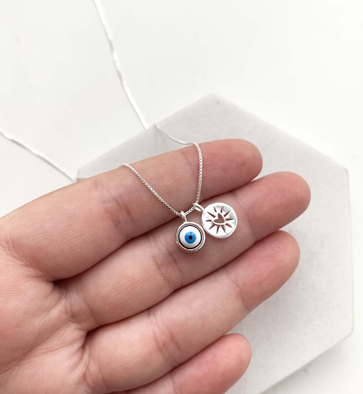 Colar de Prata Pingente Olho Grego Redondo Azul Escuro com Pingente Coração Detalhado