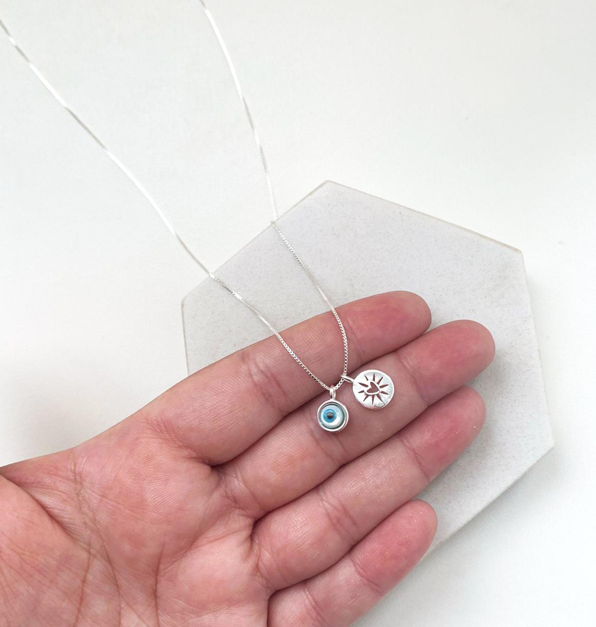 Colar de Prata Pingente Olho Grego Redondo Azul Mesclado com Pingente Coração Detalhado