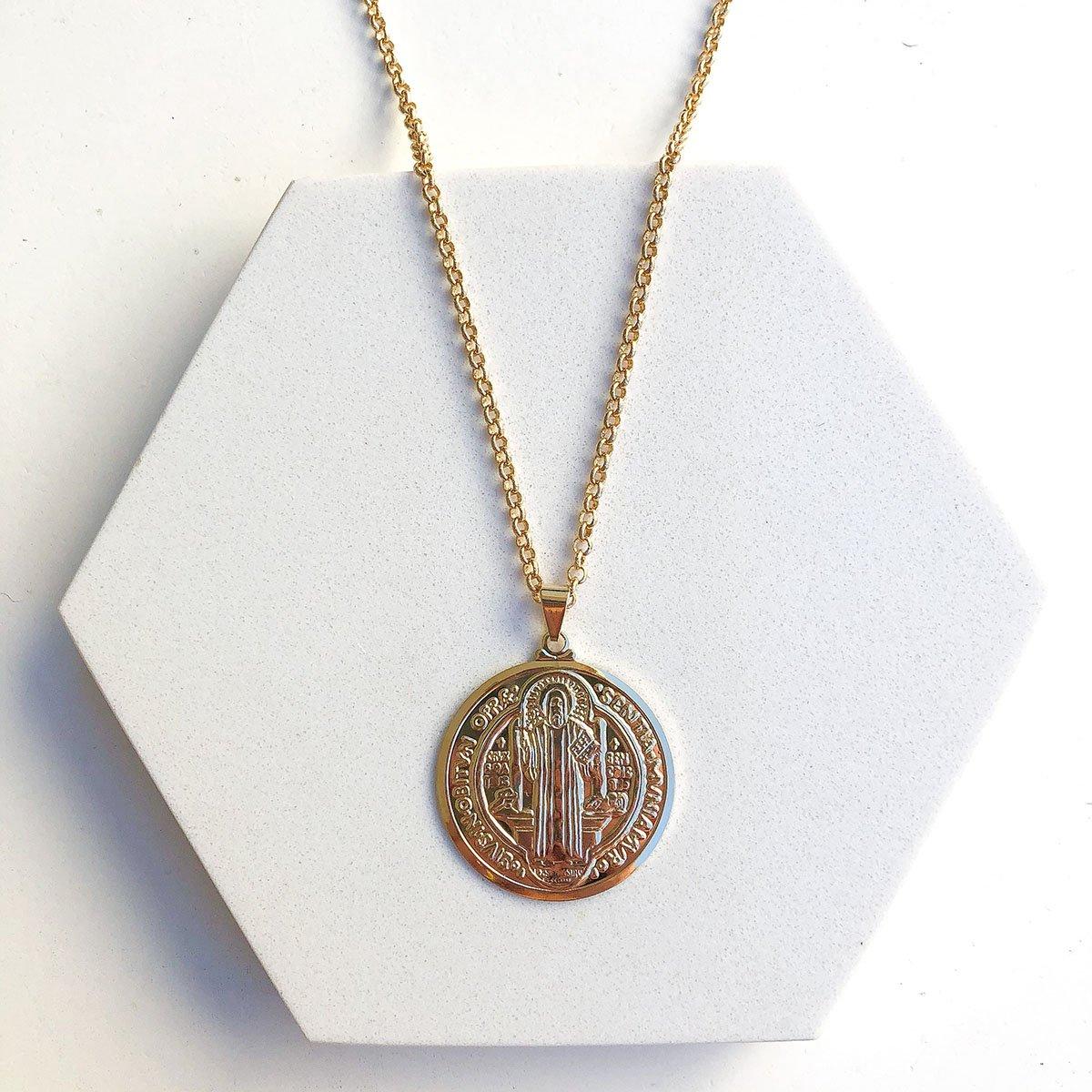 Colar Espirito Santo Medalha Estilizada Banhado a Ouro 18k