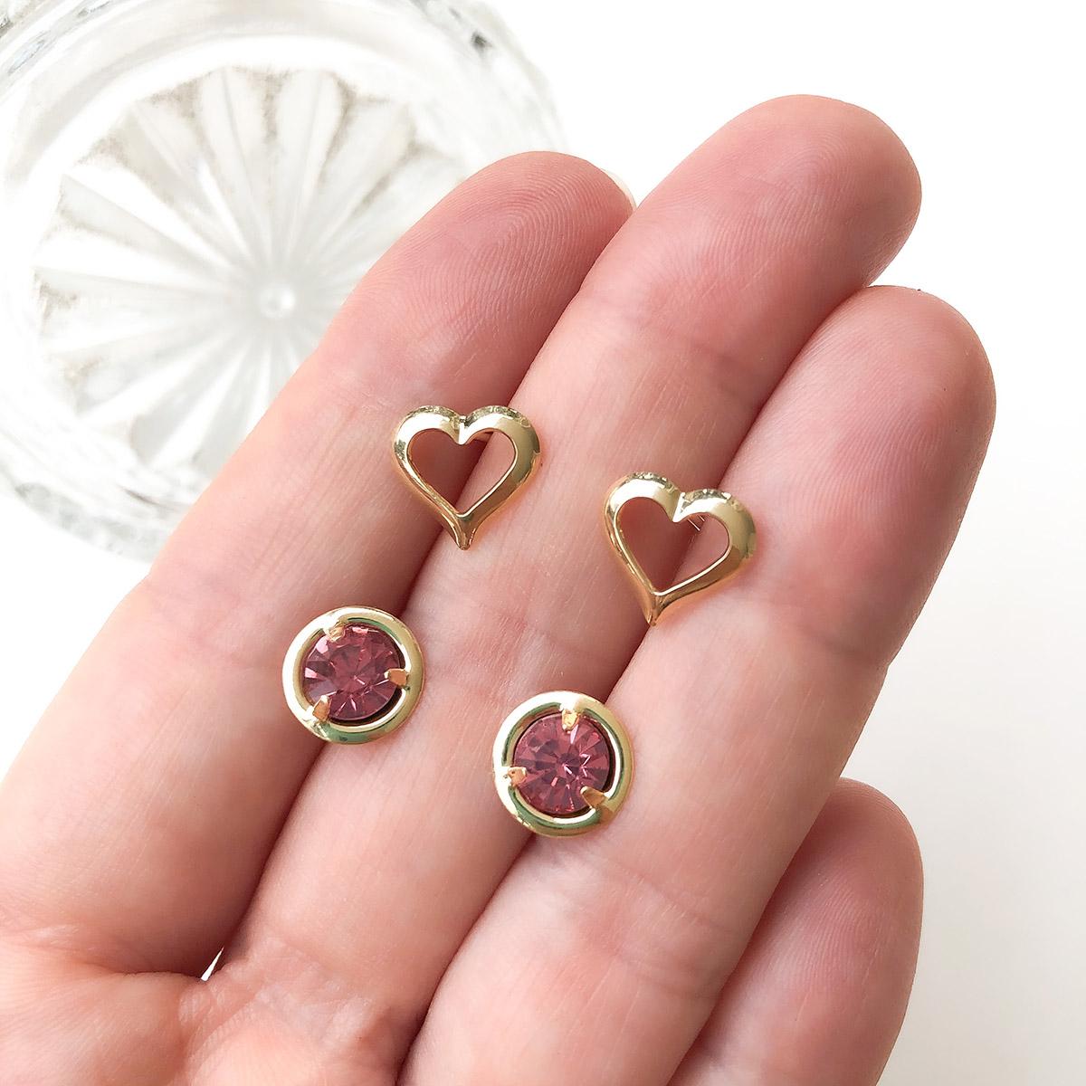 Kit Brinco 2 Pçs Folheado a Ouro 18k Coração e Ponto de Luz Rosa