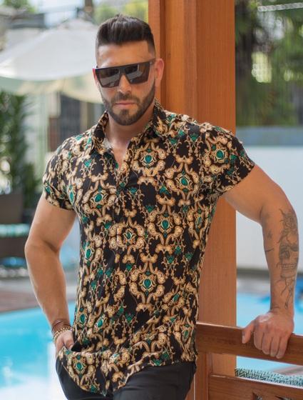 Camisa Masculina Manga Curta em Viscose Preta com Arabescos Dourado