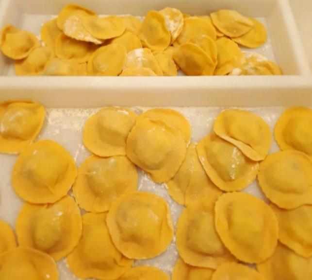 Raviollini Amarelo de Alcachofra com queijo mussarela, salsinha, leve pimenta do reino, açafrão - pacote de 500 g