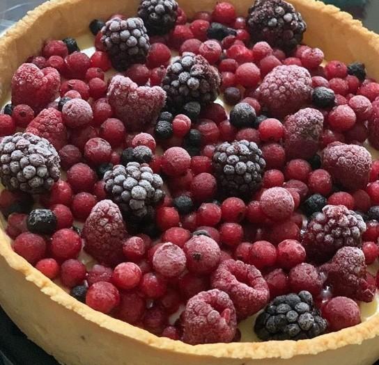 Torta com delicioso creme de baunilha e frutas vermelhas