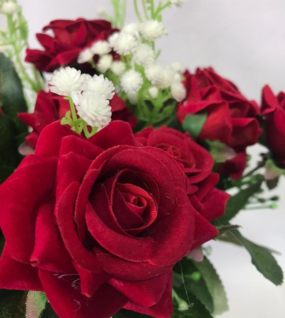 Buquê de Rosas vermelhas com Mosquitinho Branco (Vaso Incluso)