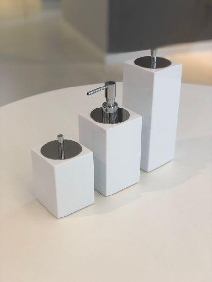 Conjunto Quadrado para Banheiro 3 peças com Tampa Cromada e Acabamento Branco