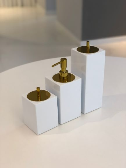 Conjunto Quadrado para Banheiro 3 peças com Tampa Dourada e Acabamento Branco