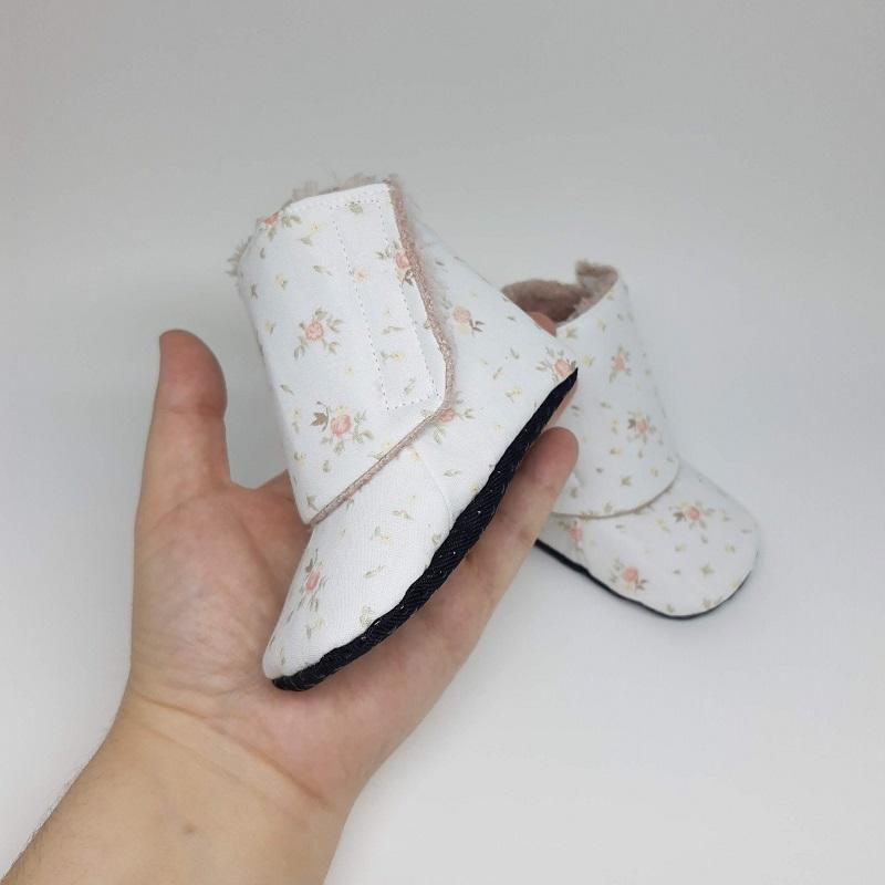Botinha de Velcro Branco Florido com Pelúcia Rosé