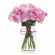 Arranjo de rosas em jarra de vidro