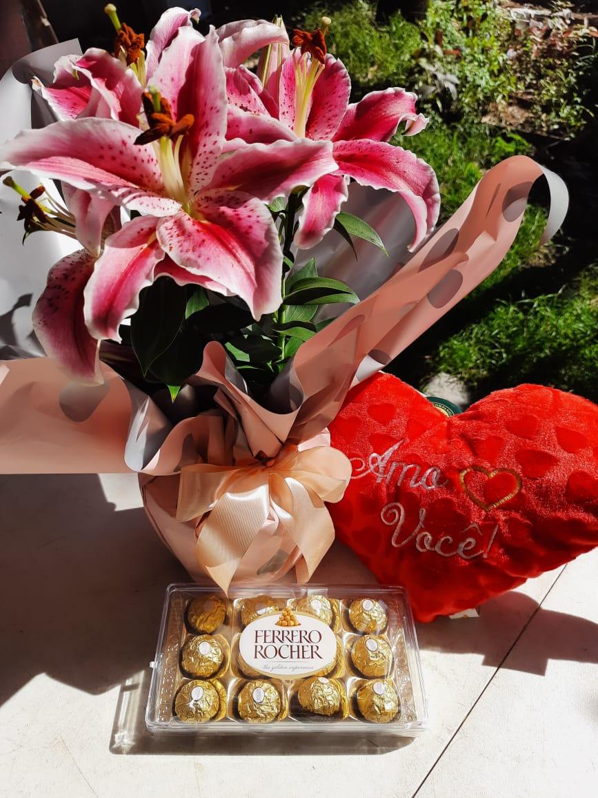 Arranjo de lírio plantado com almofada e Ferrero