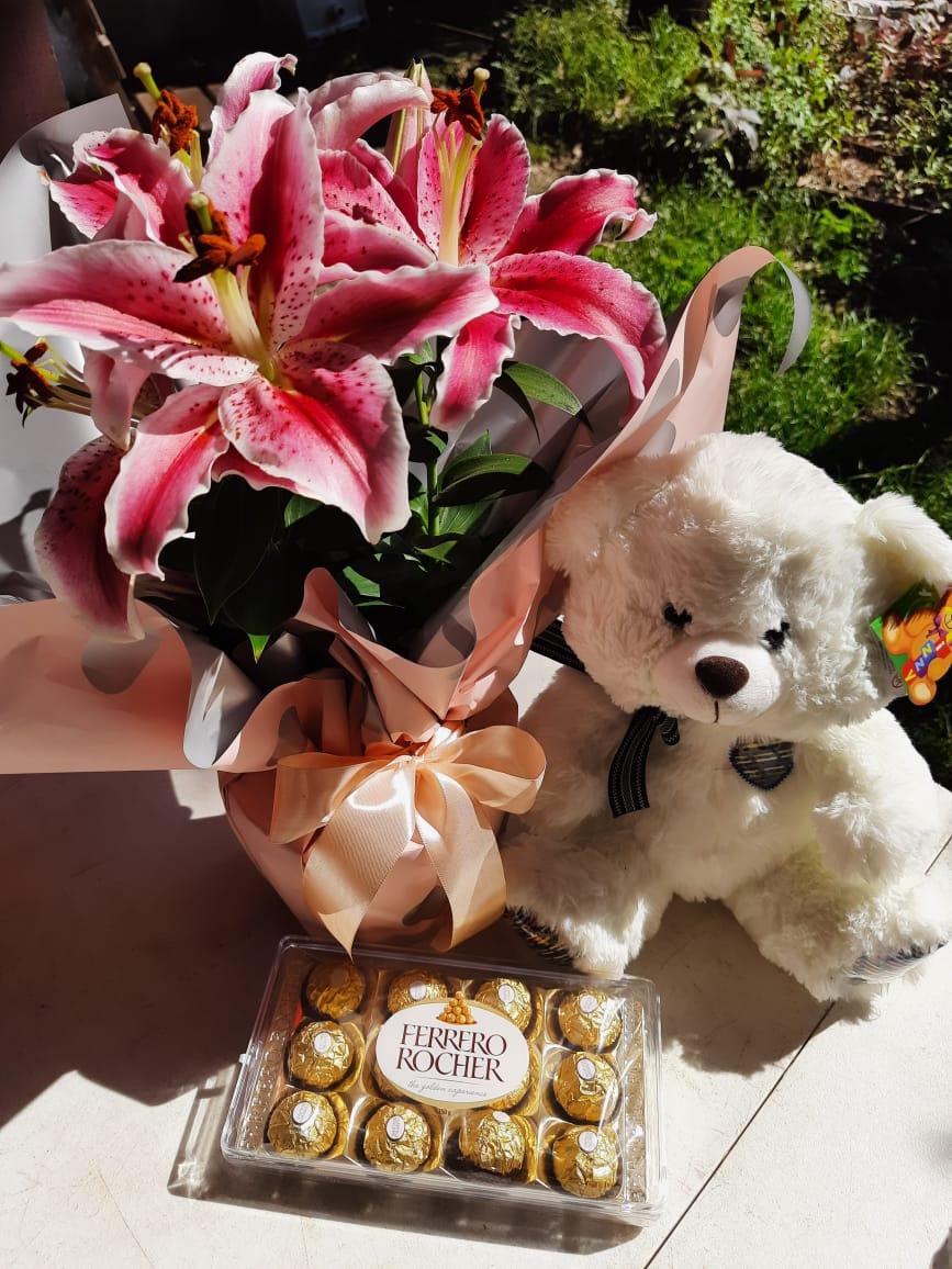 Arranjo de lírio plantado com urso e Ferrero