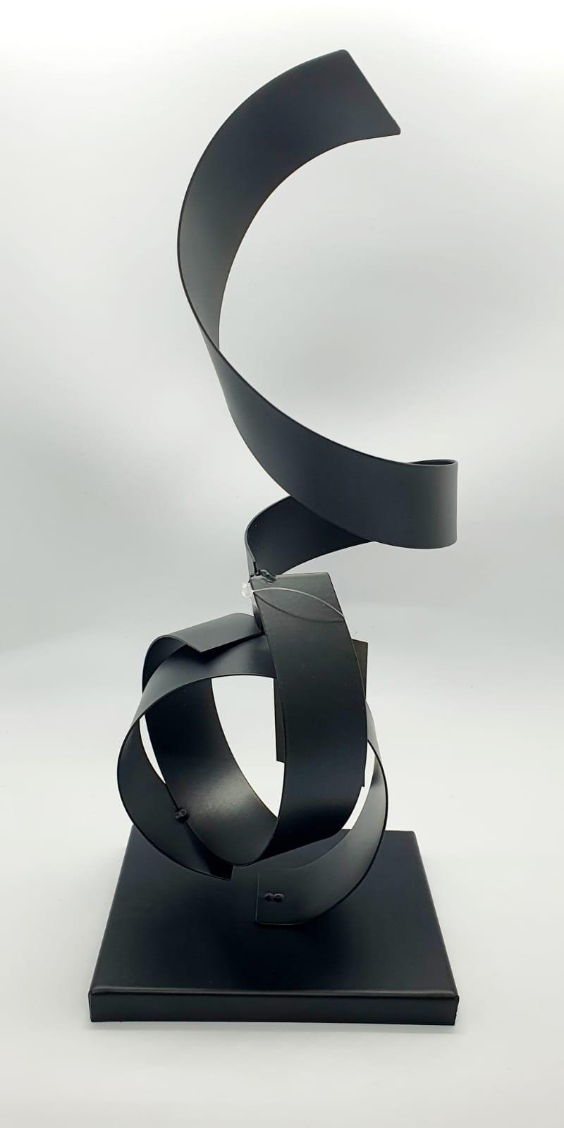 Escultura Lilivi preta em metal