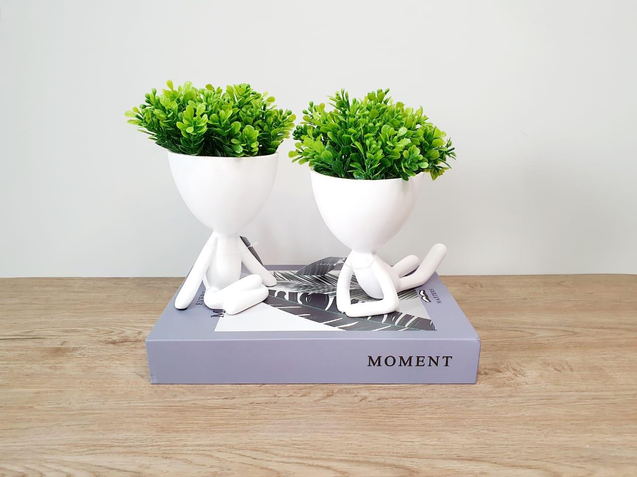 Kit - Dupla de vasos Bob branco em poliresina - debruçado e pernas cruzadas
