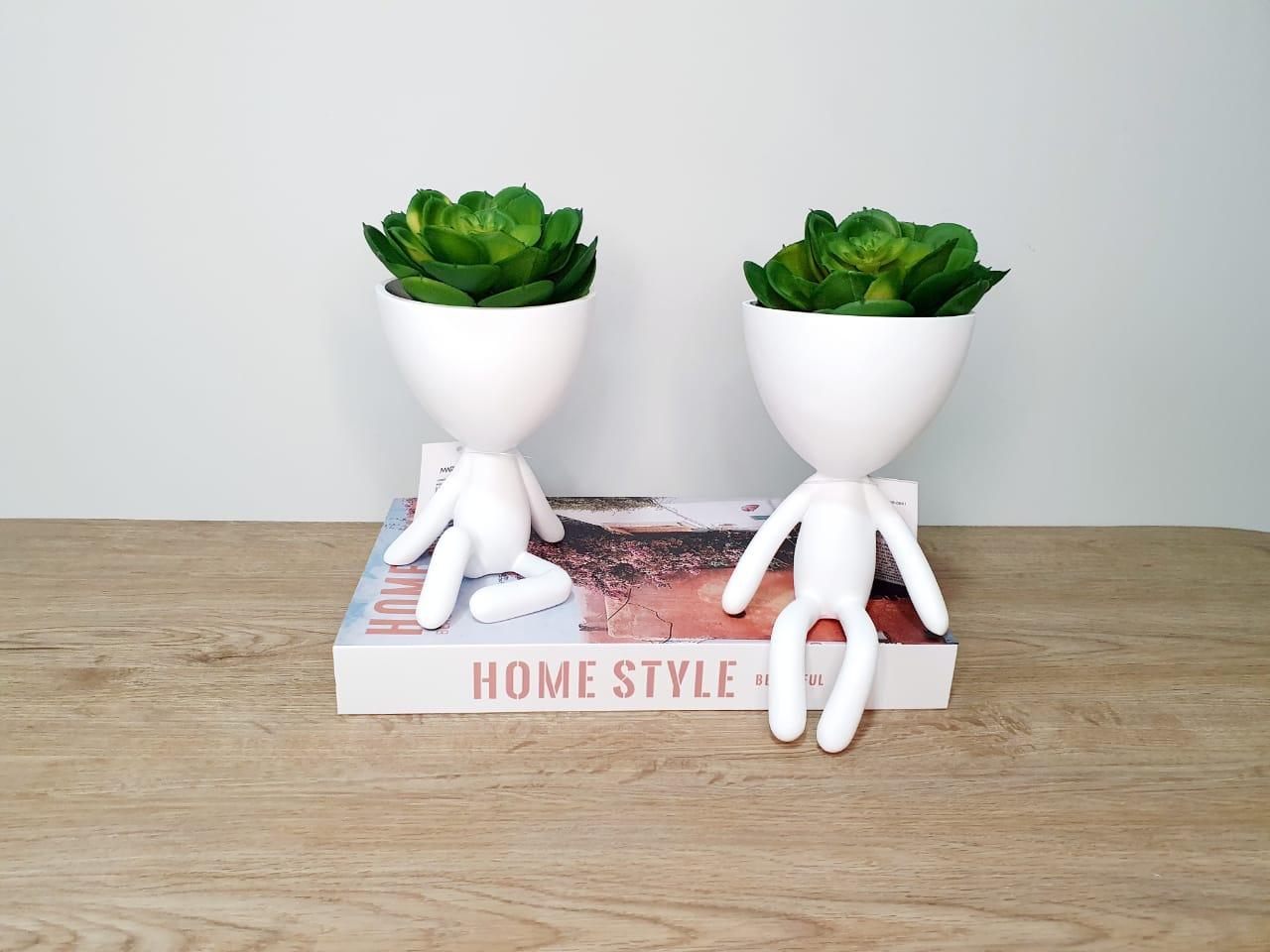 Kit - Dupla de vasos Bob branco em poliresina - perna levantada e sentado
