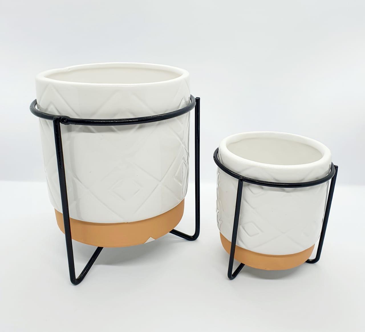 Kit - Vasos decorativos com suporte de metal preto - branco e coral  (2 peças: 13cm x 35cm de diâmetro/ 8,5cm x 25 de diâmetro)