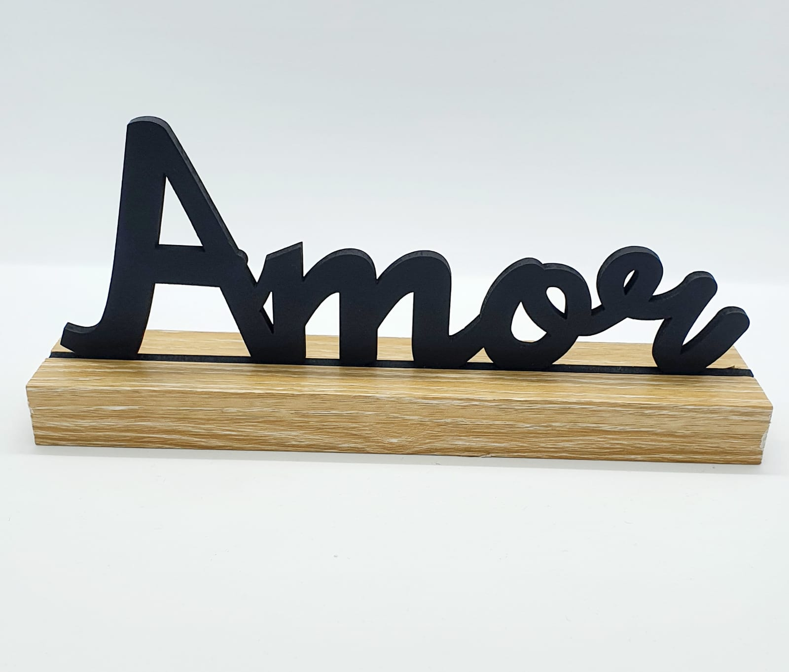 Palavra Amor preta com base em madeira