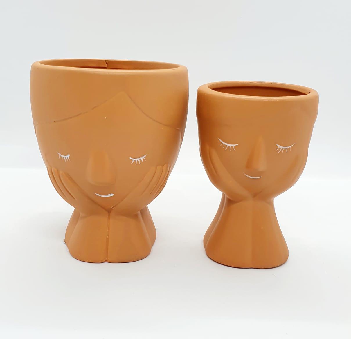 Par de cachepôs em cerâmica argila médio e pequeno - debruçada na janela
