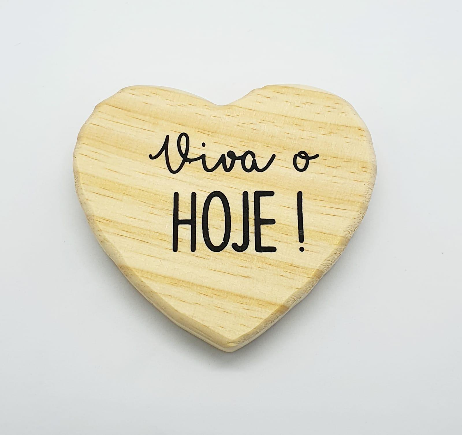Porta copos formato de coração em madeira - Viva o hoje