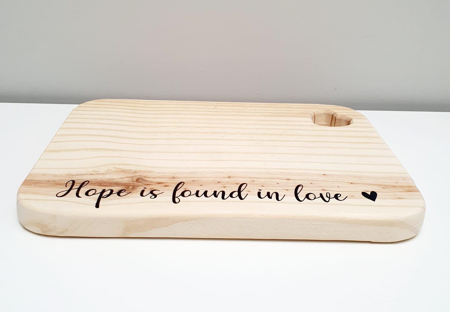 Tábua de madeira retangular - Hope is found in love