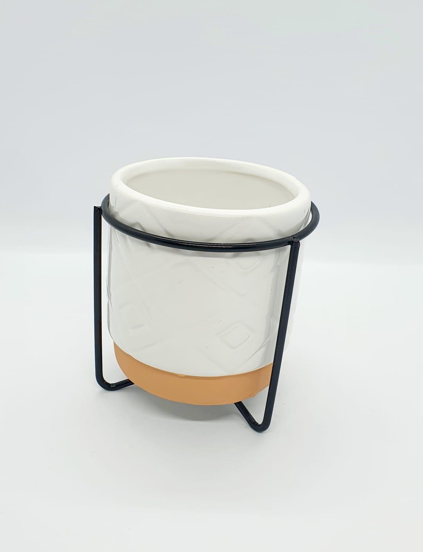 Vaso decorativo com suporte de metal preto pequeno - branco e coral