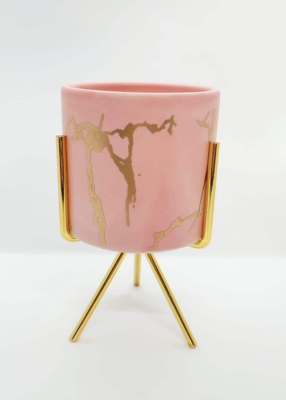 Vaso decorativo em resina com suporte de metal dourado - rosa