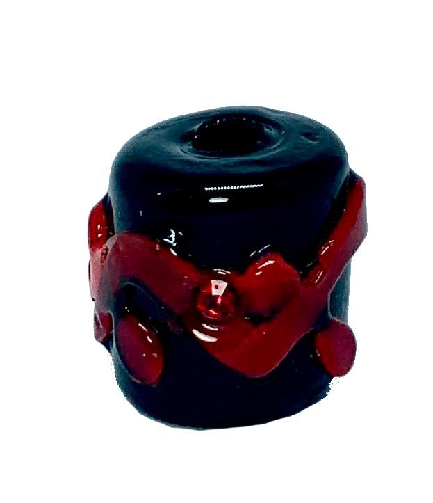Firma de Murano M Preto Puro com Miolo Vermelho e Strass Vermelho