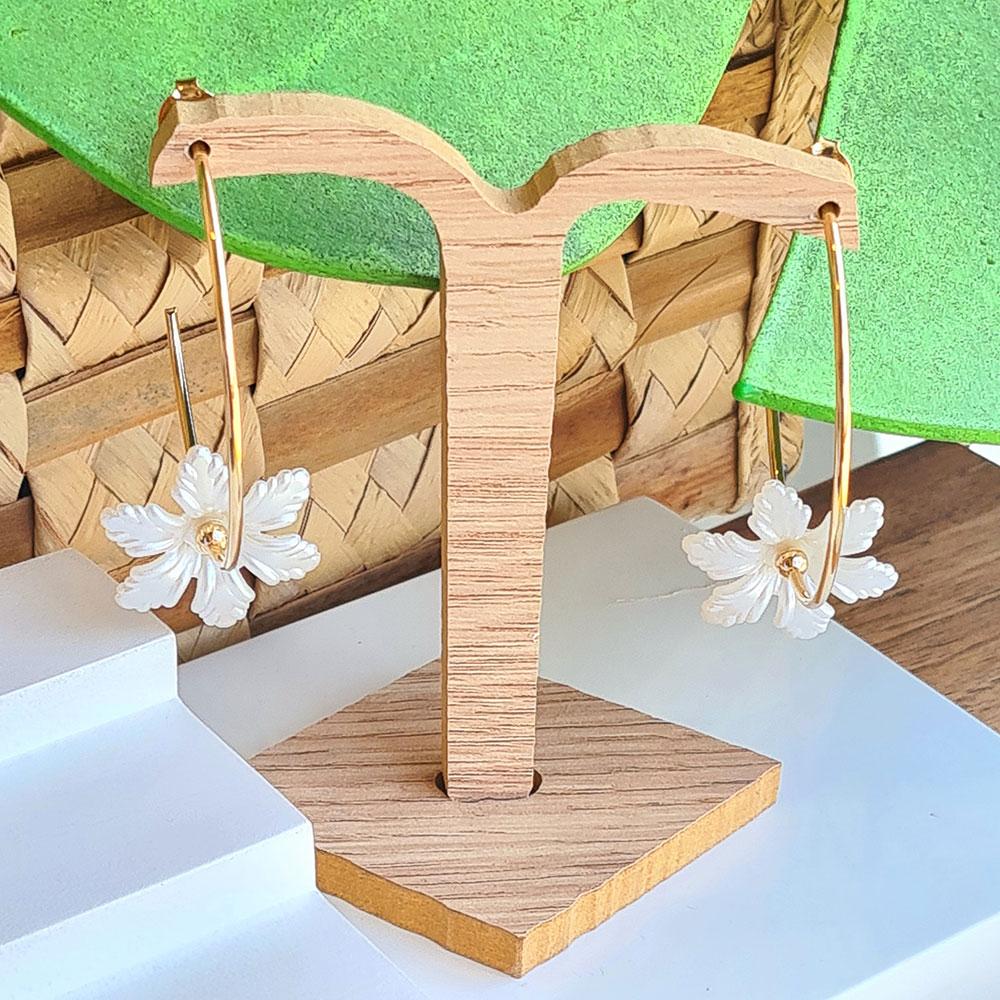Brinco de Argola Lisa com Pingente de Flor Branca