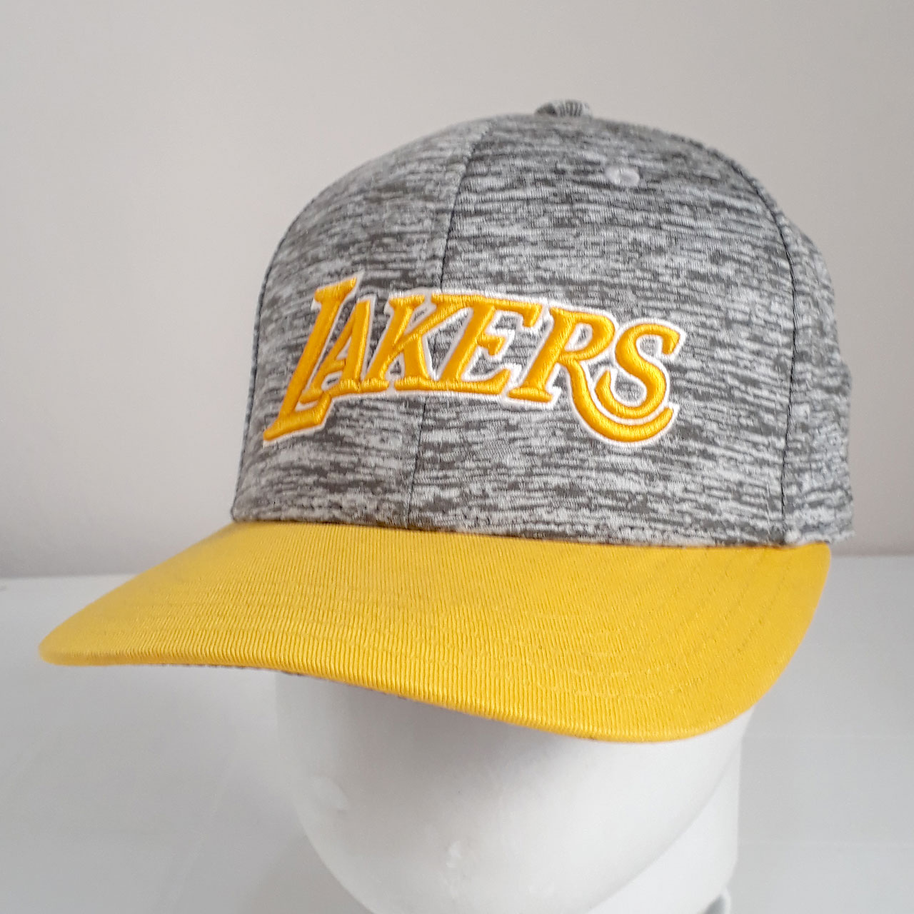 Boné Adidas NBA Lakers Cinza e Amarelo