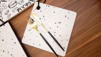 Conjunto de garfos e facas em Inox - Preto e Dourado