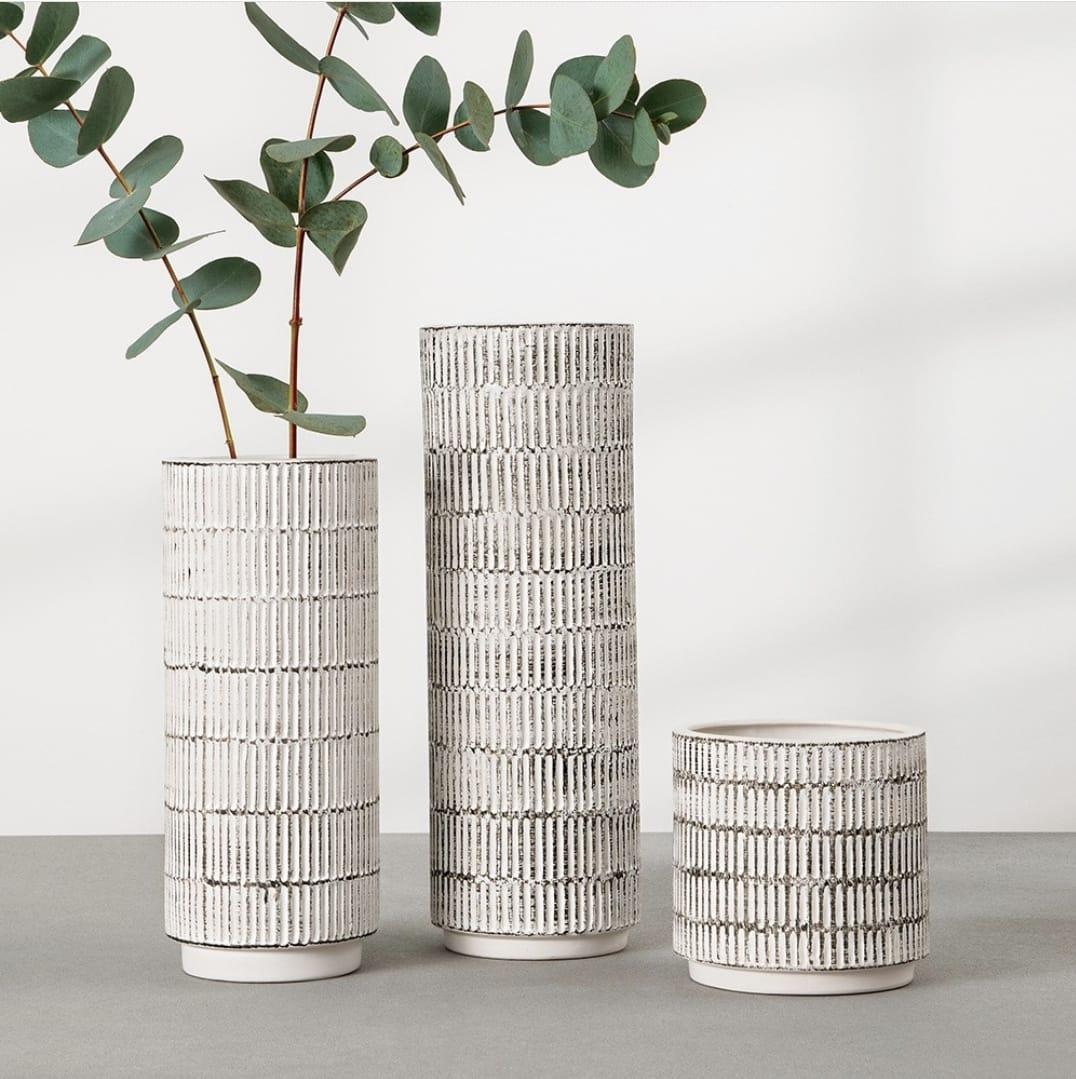 Vaso relevo branco em ceramica