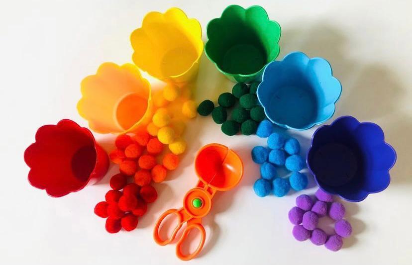 Kit Tesoura, Pompons e Potes Coloridos - Materiais para Brincar