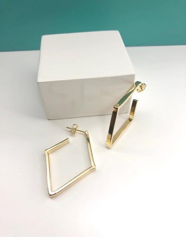 Brinco Folheado Semi joia formato de triangulo tamanho Médio
