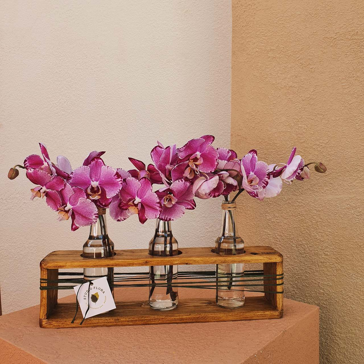 Trio de Garrafas com Orquídeas